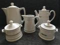 koffie, thee en melkkan en twee suikerpotjes